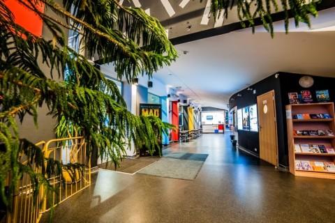 sala-widowiskowa-centrum-kultury-grodzisk-mazowiecki-ck-wynajem-sali-foyer-kino-foyer-wejście