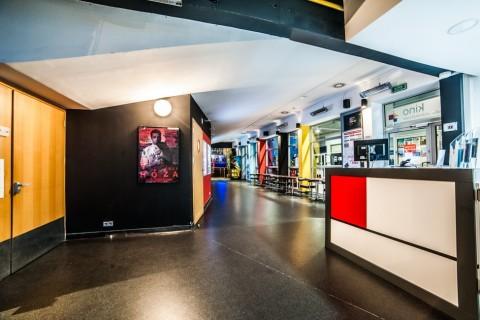 sala-widowiskowa-centrum-kultury-grodzisk-mazowiecki-ck-wynajem-sali-foyer-kino-wejście-sala