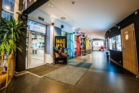 sala-widowiskowa-centrum-kultury-grodzisk-mazowiecki-ck-wynajem-sali-foyer-kino-wejscie